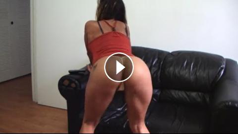 Avril lavigne shows tits